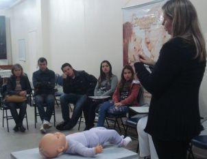 75 anos � Pediatra d� dicas pr�ticas de cuidados iniciais com o beb�